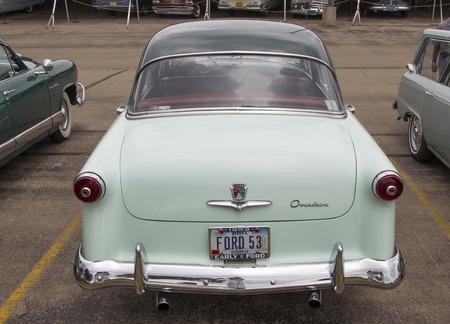 superdirecta: Iola, WI - 12 de julio: Detr�s de 1953 Verde Ford Customline Overdrive coches en Iola 42a anual Feria del autom�vil de 12 de julio 2014 en Iola, Wisconsin.