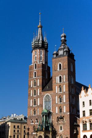 main market: due torri della chiesa di St Mary sulla Piazza del Mercato a Cracovia in Polonia Archivio Fotografico