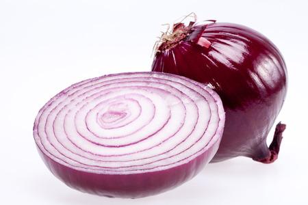 la cebolla roja cortada aislado en fondo blanco