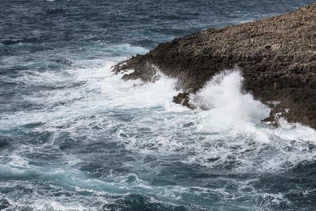 paisaje mediterraneo: Ondas en bruto Mar Mediterráneo - frente a la costa de Malta, Europa