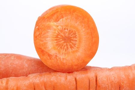 zanahoria: cortar la zanahoria en el fondo blanco, de cerca. Foto de archivo