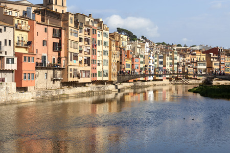 jewish houses: GIRONA, SPAIN - MAY 15, 2016 :Colorful houses on the river Onyar and tourists on the Princess Bridge.  Girona is one of the major Catalan cities.It has one of the largest historical Jewish quarters in Europe. Editorial