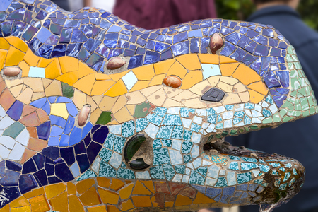 salamandra: Gaudi multicolored mosaic salamander in Park Guell, Barcelona , Spain.