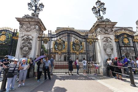 administrativo: LONDRES, REINO UNIDO - 21 DE JUNIO DE 2017: Turistas frente a la puerta del Palacio de Buckingham. Palacio es la residencia de Londres y sede administrativa del monarca reinante del Reino Unido