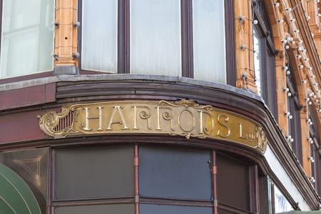 ロンドン、イギリス - 2017 年 6 月 23 日: 落ち着いた雰囲気の高級百貨店、ハロッズ看板。1905 年に建てられた 7 階建ての建物は小売りスペースの 90,000