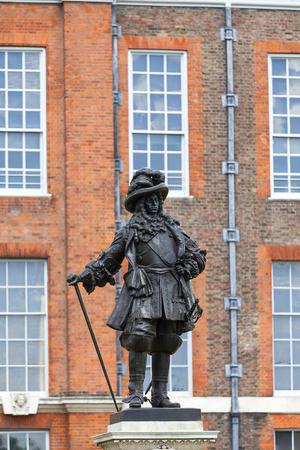 런던, 영국 -2007 년 6 월 23 일 : 켄싱턴 가든에서 켄싱턴 궁전 앞의 윌리엄 3 세 동상 17 세기 이래로 영국 왕실의 거주지였으며 빅토리아 여왕의 탄생지