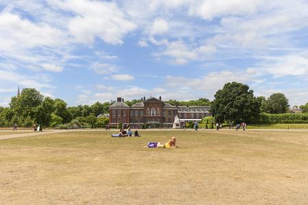 런던, 영국 -2011 년 6 월 23 일 : 켄싱턴 궁전 켄싱턴 정원에서 설정합니다. 17 세기 이래로 영국 왕실의 거주지였으며 빅토리아 여왕의 탄생지였습니다.