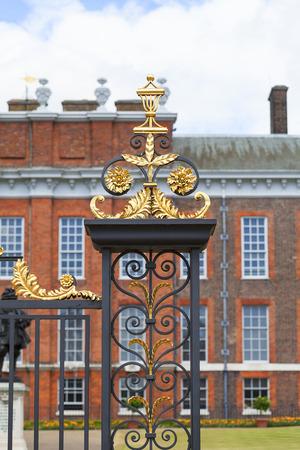 런던, 영국 -2011 년 6 월 23 일 : 켄싱턴 팰리스 켄싱턴 가든, 장식 게이트. 그것은 17 세기와 빅토리아 여왕의 탄생지 이후 영국 왕실의 거주지되었습니다 에디토리얼