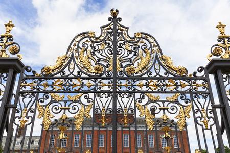 런던, 영국 -2011 년 6 월 23 일 : 켄싱턴 궁전 켄싱턴 정원, 장식 게이트 설정합니다. 그것은 17 세기와 빅토리아 여왕의 탄생지 이후 영국 왕실의 거주지