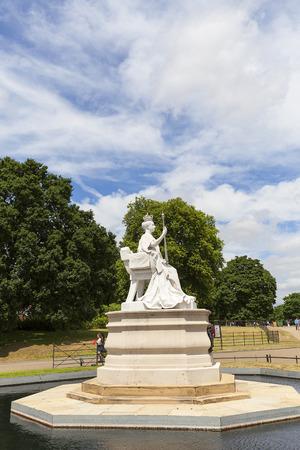 런던, 영국 -2011 년 6 월 23 일 : 빅토리아 여왕 및 켄싱턴 궁전의 동상 켄싱턴 정원에서 설정합니다. 17 세기 이래 영국 왕실의 거주지였으며 빅토리아 여