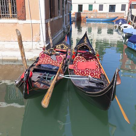 Gondola - simbolo di Venezia, canale laterale stretto, Venezia, Italia. La gondola è la barca tradizionale iconica, mezzo di trasporto molto popolare per i turisti Archivio Fotografico