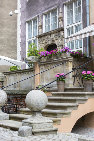 Mariacka street, typical decorative stoop with stone stairs, fronts of colorful tenements, Main city, Gdansk, Poland Standard-Bild