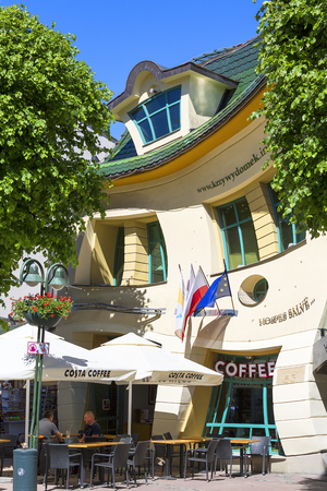 SOPOT, POLAND - JUNE 6, 2018: Krzywy Domek ( crooked little house ) at Monte Cassino Street. It is an unusually shaped building, built in 2004 Редакционное