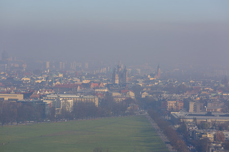 Dense smog over the city, air pollutant, aerial view of the old town Krakow, Poland 免版税图像