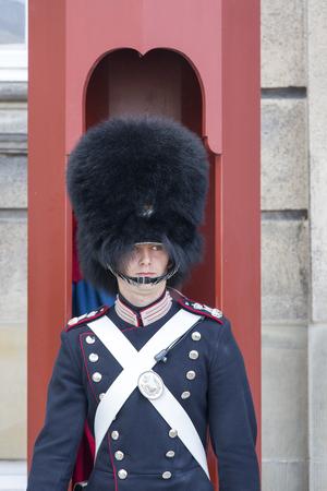 Copenhague, Dinamarca - 22 de junio de 2019: Guardia con uniformes históricos y lleva sombreros de piel frente al palacio de Amalienborg