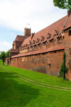 Malbork, Poland - June 25, 2020: 13th century Malbork Castle, medieval Teutonic fortress on the Nogat River.  It is the largest castle in the world, UNESCO World Heritage Site 版權商用圖片 - 150494270