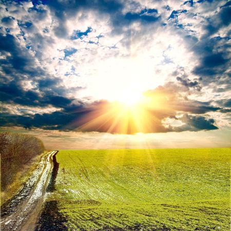 Paisaje de primavera con sol y nubes