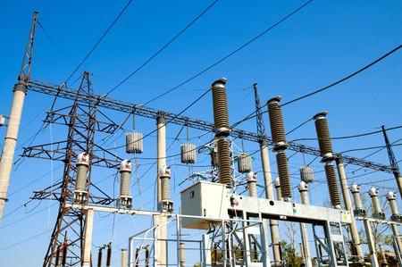 torres de alta tension: Vista general a la subestación de alto voltaje con switches y desconectores