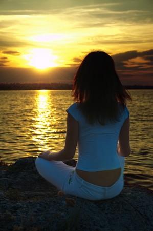 Mantra: M�dchen tut Yoga bei Sonnenuntergang