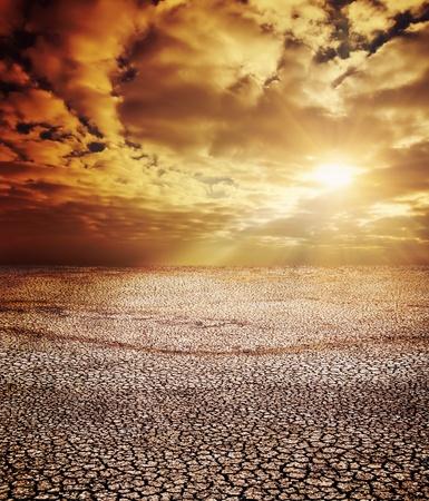 sequ�a: tierra de sequ�a bajo cielo dram�tico Foto de archivo