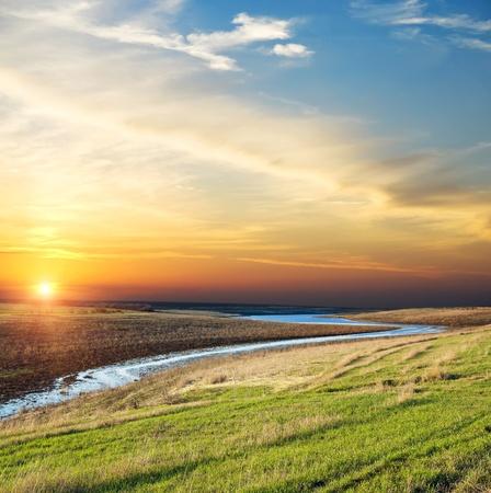 natural light: buena puesta de sol sobre r�o Foto de archivo