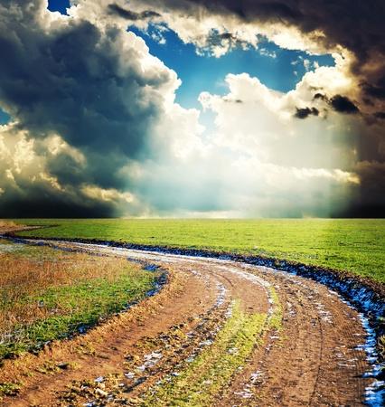 camino rural bajo cielo dram�tica