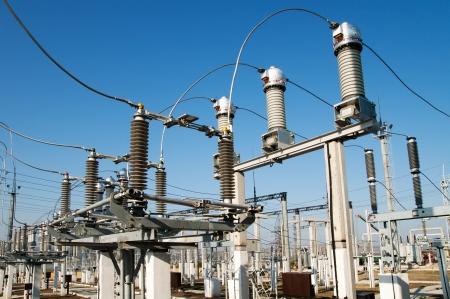 torres de alta tension: parte de la subestación de alto voltaje con switches y desconectores