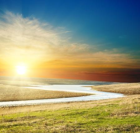 puesta de sol: puesta de sol sobre r�o