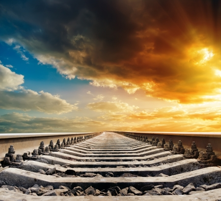 de chemin de fer à l'horizon sous le coucher du soleil