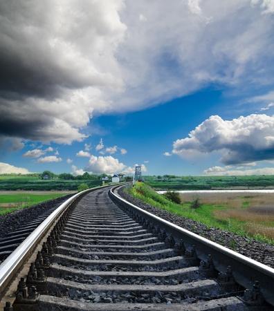 曇り空の下で地平線に鉄道 写真素材 - 9877442