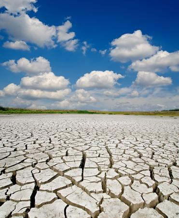 갈라진 금: 극적인 하늘 아래 가뭄 토지