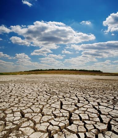 sequias: la tierra se rompió bajo el cielo dramático