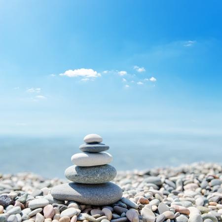 simbolo paz: Pila de piedras zen sobre el mar y nubes de fondo Foto de archivo