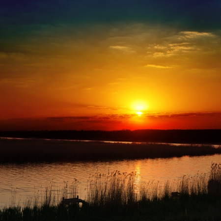 赤い川に沈む夕日