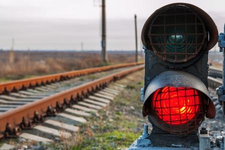 предупреждать: железнодорожные пути и стоп-сигнал Фото со стока