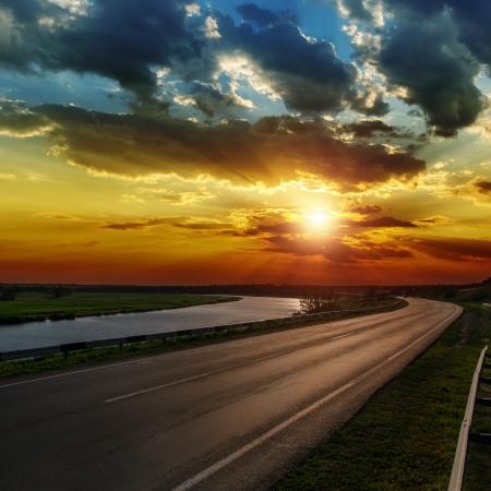 espectacular puesta de sol sobre asphald carretera Foto de archivo