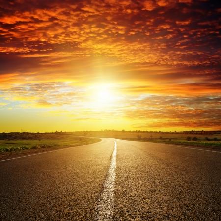 도로 위로 붉은 석양