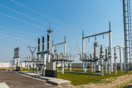 redes electricas: Parte de la subestación de alta tensión con interruptores y seccionadores Foto de archivo
