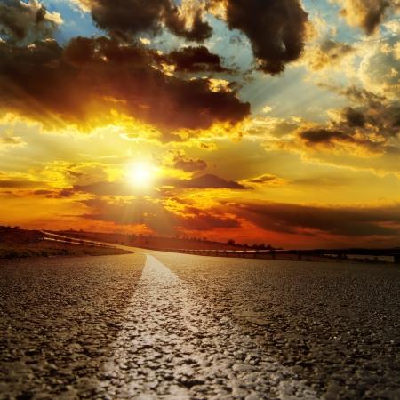 アスファルトの道路と劇的な夕日
