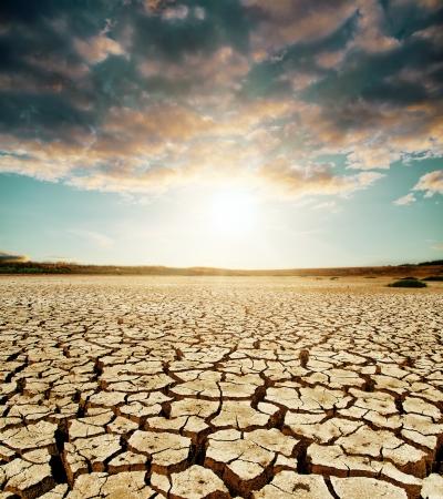opwarming van de aarde. dramatische lucht boven gebarsten aarde Stockfoto