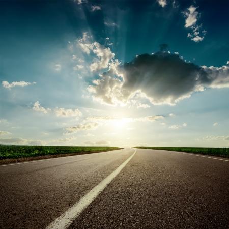 carretera: puesta de sol sobre blanco dramaric carretera de asfalto
