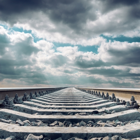 철도 극적인 하늘 아래 지평선까지 닫습니다.