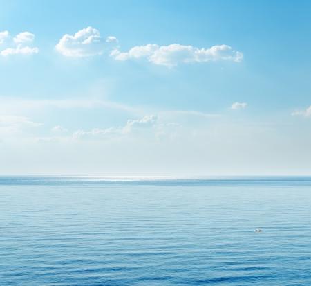 �horizon: mar azul y las nubes en el cielo Foto de archivo