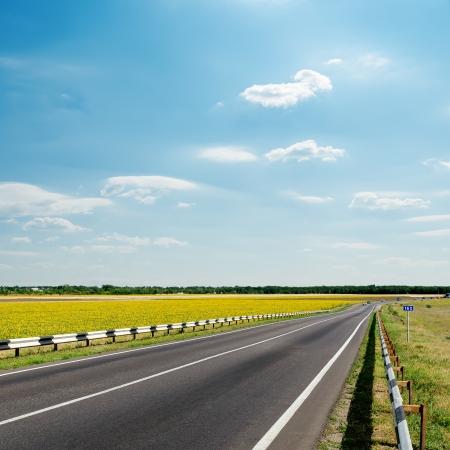 asfalt weg onder bewolkte hemel Stockfoto