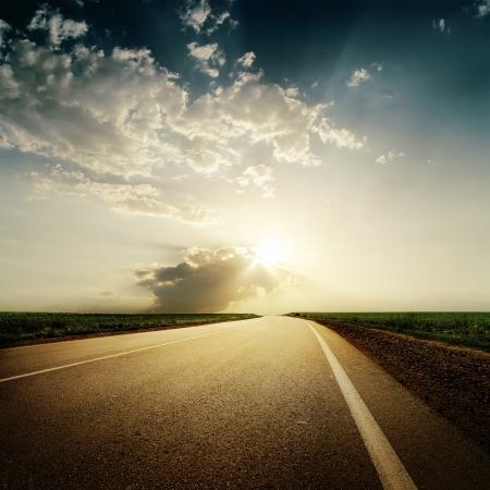 dramatische zonsondergang boven de weg naar horison Stockfoto