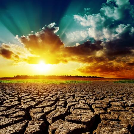 砂漠とそれに沈む夕日