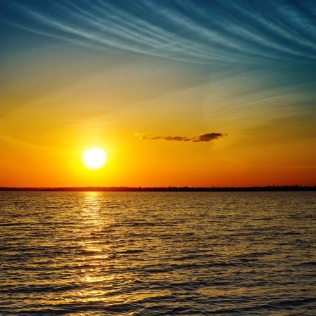 verdunkeln: Sommer orange Sonnenuntergang �ber Meer verdunkeln
