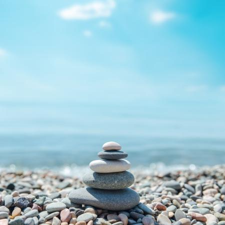 apilar: piedras zen-como en la playa Foto de archivo