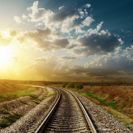 鉄道に沈む夕日