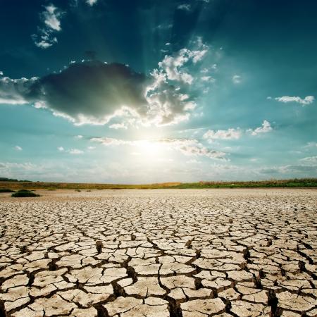 地球温暖化。砂漠に沈む夕日 写真素材